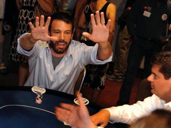 Ben Affleck gioca ad un tavolo da poker.