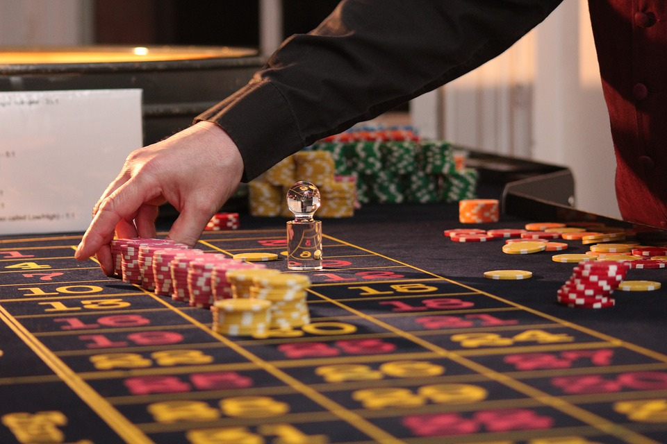 Crioupier che mette a posto fiche sul tavolo da roulette